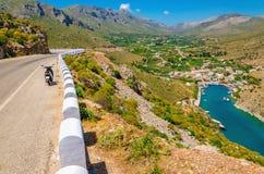 Ansicht über Bucht, Tiefland und Roller Vathi, die auf dem Straßenrand stehen Lizenzfreies Stockfoto
