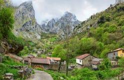 Ansicht über Cain de Valdeon an einem bewölkten Frühlingstag, Picos de Europa, Olivenölseife und Leon, Spanien lizenzfreie stockfotografie