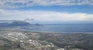 Ansicht über Cape Town und Tafelberg vom Himmel stockfotos