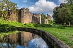 Ansicht über Cardiff-Schloss vom Park der hochgebogenen Hinterkante stockbild