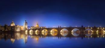 Ansicht über Charles Bridge in Prag nachts lizenzfreie stockfotografie