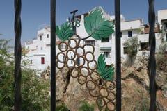 Ansicht über Competa Spanien durch eine Eisentraubenform Stockbilder