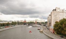 Ansicht über Dämme Prechistenskaya und Bersenevskaya Lizenzfreie Stockbilder