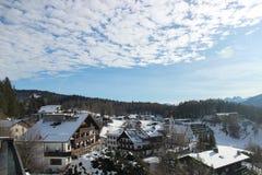 Ansicht über das österreichische Dorf Mösern in Tirol mit bewölktem Himmel lizenzfreie stockfotos