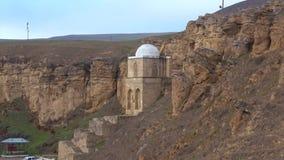 Ansicht über das alte Diri-Kuchenmausoleum in Maraza-Dorf azerbaijan stock footage