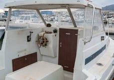 Ansicht über das Cockpit des alten Bootes im Hafen lizenzfreies stockbild