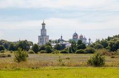 Ansicht über das des St George Kloster in Novgorod, Russland Lizenzfreie Stockfotografie
