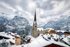 Ansicht über das Dorf von Hallstatt in den österreichischen Alpen Stockfotos