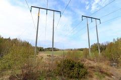 Ansicht über das Feld über Stromleitung Stockbild