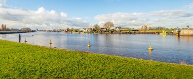 Ansicht über das Hollandse IJssel bei Capelle aan den Ijssel stockfotos