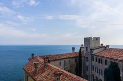 Ansicht über das Meer von Duino-Schloss stockfotos