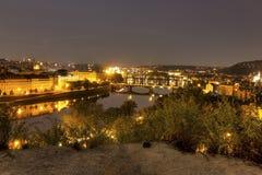 Ansicht über das Prag-Stadtbild zusammen mit den Brücken, die den die Moldau-Fluss überschreitet durch das Herz der Stadt kreuzen Lizenzfreie Stockfotografie