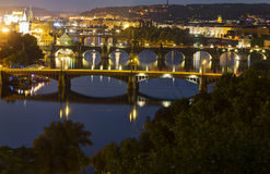 Ansicht über das Prag-Stadtbild zusammen mit den Brücken, die den die Moldau-Fluss überschreitet durch das Herz der Stadt kreuzen Lizenzfreies Stockbild