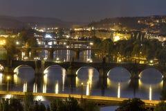 Ansicht über das Prag-Stadtbild zusammen mit den Brücken, die den die Moldau-Fluss überschreitet durch das Herz der Stadt kreuzen Stockbilder