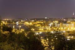 Ansicht über das Prag-Stadtbild zusammen mit den Brücken, die den die Moldau-Fluss überschreitet durch das Herz der Stadt kreuzen Lizenzfreie Stockbilder