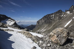 Ansicht über das Stabbeskaret-Gebirgsmassiv, nahe gelegenes Trollstigen in Norwegen Stockbild