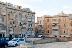Ansicht über das Straße St. Elmo Place und traditionelle maltesische Häuser Lizenzfreies Stockfoto