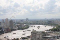 Ansicht über das Themse- und London-Auge vom Heiligen Paul Cathedral Lizenzfreie Stockfotografie