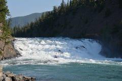 Ansicht über den Bogen fällt in Nationalpark Banffs lizenzfreie stockfotografie