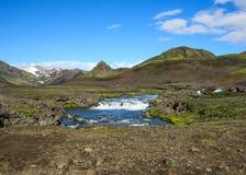 Ansicht über den breiten Fluss, der von Myrdalsjokull-Gletscher umgeben durch szenische Landschaft, Laugavegur-Spur, Hochländer v lizenzfreie stockfotografie