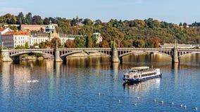 Ansicht über den die Moldau-Fluss Lizenzfreie Stockbilder
