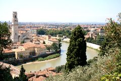 Ansicht über den Fluss Adige und Verona, Italien Lizenzfreies Stockfoto