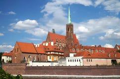 Ansicht über den Fluss Oder zur Kathedralen-Insel mit der Kathedrale von Johannes der Baptist von Breslau in Polen - Ostrow Tumsk Stockbilder
