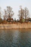Ansicht über den Fluss und das Dorf am stumpfen Tag lizenzfreies stockbild