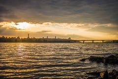 Ansicht über den Fluss und das Stadtbild Drepr Dnieper an Stockfotografie