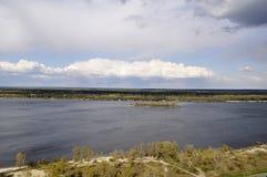 Ansicht über den Fluss vom hohen Hügel Stockfotografie