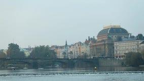 Ansicht über den Fluss zur alten Stadt in Prag, Exkursionsboot auf dem Fluss, Weitwinkel, Charles Bridge, ein Turm stock video footage