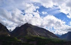 Ansicht über den Hügel mit Gebirgspfad und die schneebedeckten Berge auf dem Hintergrund lizenzfreies stockbild