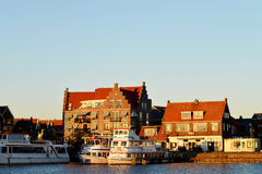 Ansicht über den Hafen und die housses der Stadt von Volendam, die Niederlande stockfotografie