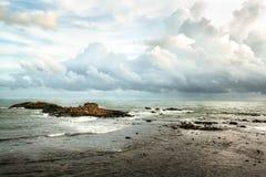 Ansicht über den Indischen Ozean mit kleiner Insel der Steine Stockfotografie