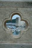 Ansicht über den Kanal in Dubrovnik vom Loch in der Brücke Stockfotografie