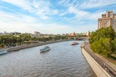Ansicht über den Moskau-Fluss, das Prechistenskaya und die Bersenevskaya Dämme und der Kreml Lizenzfreie Stockfotos