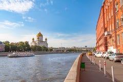 Ansicht über den Moskau-Fluss, die Dämme Prechistenskaya und Bersenevskaya, Kathedrale von Christus der Retter Stockfotografie