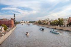 Ansicht über den Moskau-Fluss und die Dämme, städtisches Stadtbild des Sommers Stockfotografie