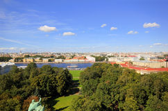 Ansicht über den Neva-Fluss stockfotografie