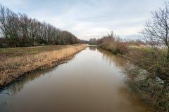 Ansicht über den niederländischen Fluss Donge am Ende eines Wintertages lizenzfreies stockfoto