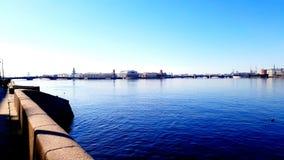 Ansicht über den Niva-Fluss im Sonnenschein St Petersburg lizenzfreies stockfoto