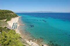 Ansicht über den sandigen Strand und haarscharfe das Türkismeer in Greec lizenzfreie stockfotografie