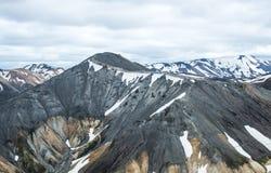 Ansicht über den schön farbigen Berg, Vulkan Blahnukur, Island lizenzfreie stockfotografie