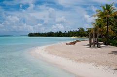 Ansicht über den Strand innerhalb einer Lagune in Bora Bora Lizenzfreie Stockfotos