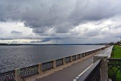 Ansicht über den Volga-Damm der Samarastadt in Erwartung des Gewitters Lizenzfreies Stockfoto