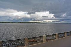 Ansicht über den Volga-Damm der Samarastadt in Erwartung des Gewitters Stockbild