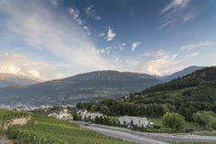 Ansicht über den Weinstock auf dem RhÃ'ne-Tal nahe Sion stockfotos