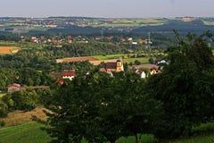 Ansicht über deutsches Dorf im Sommer Stockfotos