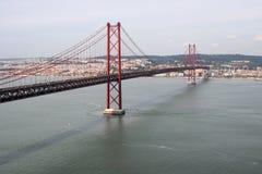 Ansicht über die 25. der April-Brücke Stockbilder