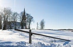 Ansicht über die alte Kirche in Krimulda, Lettland, Europa lizenzfreie stockbilder